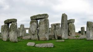 D'après une nouvelle étude du sous-sol de la zone de Stonehenge, le cercle de pierre n'était, à l'origine, pas seul et isolé. Il faisait partie de toute une série de monuments liés au passage du soleil et très visités.