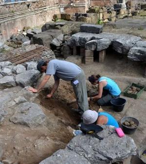 L'équipe d'archéologues sur l'aire de Sant'Omobono où les vestiges d'un temple romain ont été retrouvés