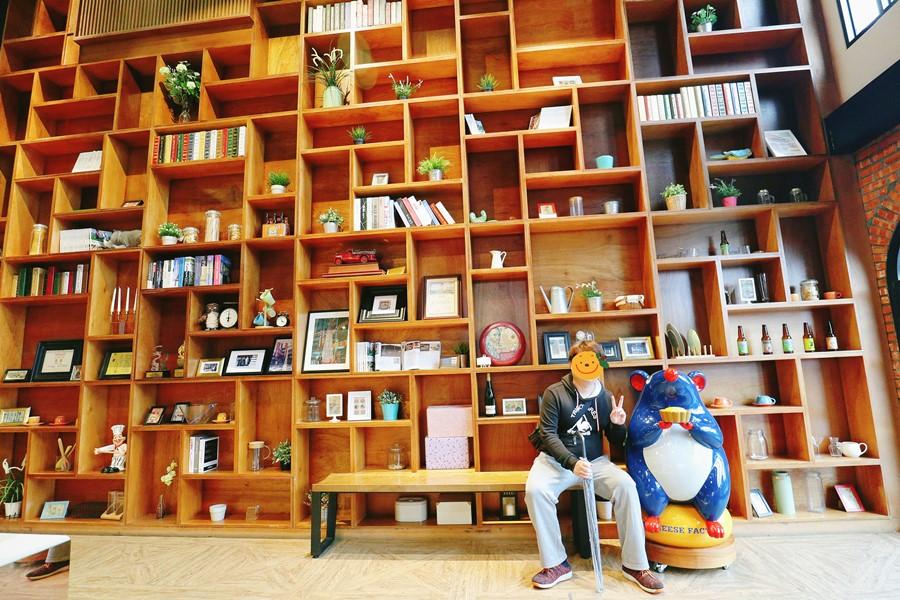 宜蘭市景點【超品起司烘焙工坊】超巨大書櫃!乳酪蛋糕主題館/觀光工廠.歐陸料理/烘焙/伴手禮
