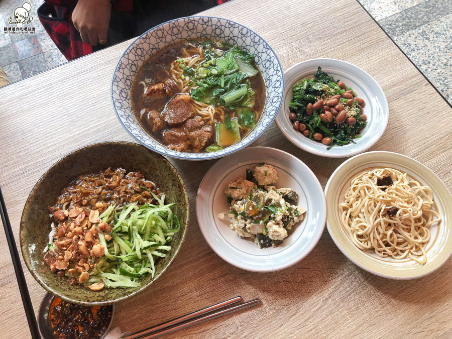 東北麵食餐點專賣店,紅燒獅子頭、豬肉麵、麻辣雞絲麵、特色東北小菜都在碗裡麵