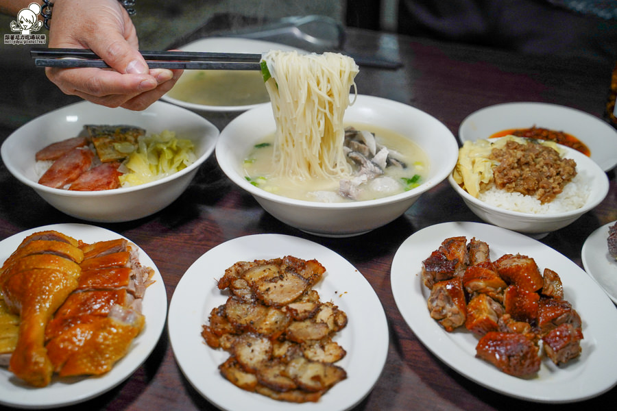 巷弄之用心手作庶民美食,獨家香茅豬肉、招牌焦糖燻鴨、100%天然湯頭都在老爺美食館