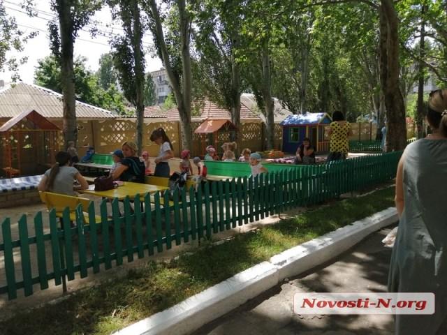 В Николаеве в детсадах начали эвакуацию детей из-за сообщения о минировании: малыши плачут