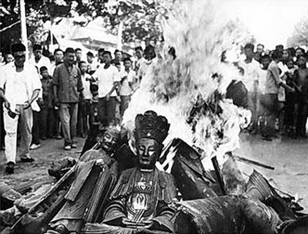 ĐCSTQ dạy người ta phê phán đức tin vào Thần, bài xích Thần, tuyên truyền vô Thần luận. Ảnh: Tượng Phật bị đốt phá trong Đại Cách Mạng Văn Hóa.