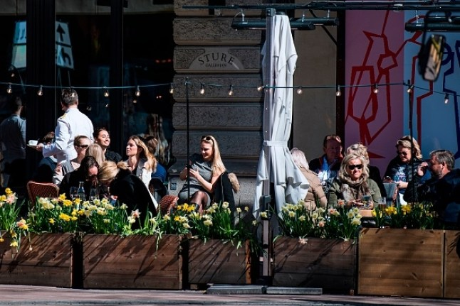 Mọi người tận hưởng thời tiết mùa xuân khi ngồi tại một nhà hàng ở Stockholm vào ngày 15 tháng 4 năm 2020, trong đại dịch COVID-19. (Ảnh của Jonathan NACKSTRAND / AFP / Getty)