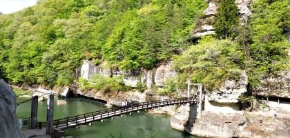 塔のへつり 南會津觀光.在懸崖吊橋上感受萬年塔岩壯闊之美