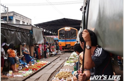 Maeklong railway market 鐵道市場,火車擦身而過的驚險奇特體驗!