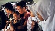 Muslime und Christen gemeinsam in einem Bus in der Stadt Ambon. Spannungen zwischen den Religionsgruppen entladen sich immer wieder in Gewalt.(Bild: Chris Stowers / Panos)