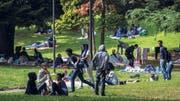 Flüchtlinge aus Eritrea campieren in einem Park unweit vom Bahnhof von Como. (Bild: Francesca Agosta / Ti-Press / Keystone)