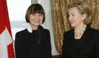 «Ausgezeichnete Atmosphäre»: Micheline Calmy-Rey und Hillary Clinton in Genf. (Bild: Reuters)