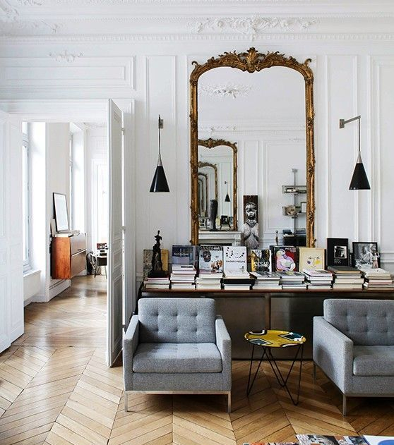 un grand miroir dans le salon 10