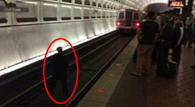 Seorang pria yang mengadang kereta (Foto: Daily Mail)