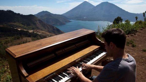 Negrin bermain piano di Guatemala (Foto: Foxnews)