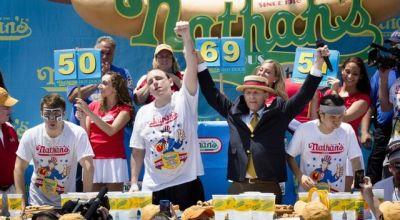 Chesnut yang juara lomba makan hot dog (Foto: BBC)