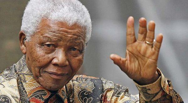 Mandela gunakan batik (Foto: AFP)