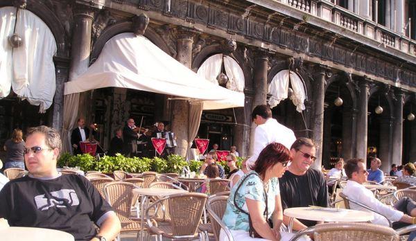 St. Mark's Square di Venesia penuh kafe dan restoran (Foto: atravelerslibrary)