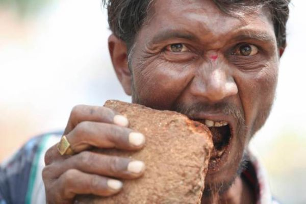 Pakkirappa Hunagundi, pecandu batu bata. (Foto: Barcroft India/Metro)