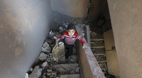 Seorang anak Palestina di rumahnya yang hancur (Foto: AP)