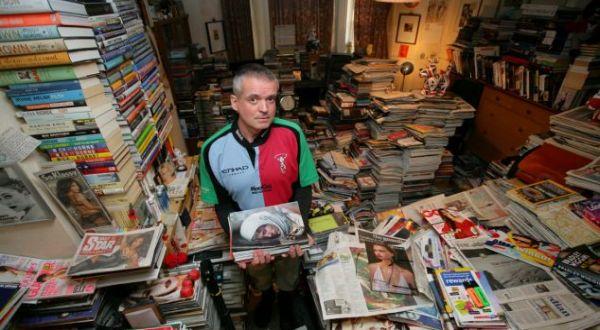 Chlenshaw yang menumpuk buku di rumahnya (Foto: Daily Mail)