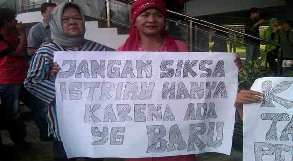 Demo usut kasus KDRT Wali Kota Palembang (foto: Deddy Pranata/Okezone)