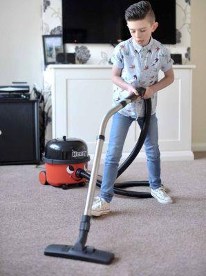 Bocah yang doyan bersih debu (Foto: The Mirror)