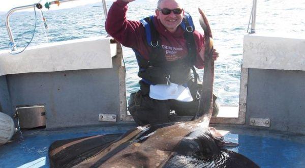 David Griffiths dengan ikan pari tangkapannya (Foto: Mirror)