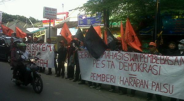 Mahasiswa demo ajak masyarakat golput di Pilgub Jateng (Bramantyo/Okezone)