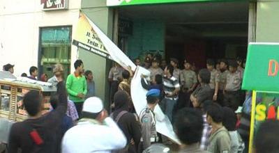 Anggota FPI tutup bioskop di Pekalongan (Foto: Suryono/Sindo TV)