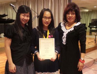 Celine Liviana (tengah) bersama Winnie Cheah (juri Violin) and Elizabeth S. Ongko (guru violin) (Foto: Ist.)
