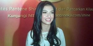 Raline Syah Belajar Berhijab pada Dewi Sandra