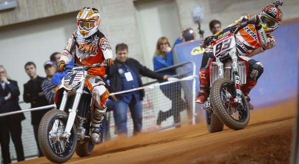 Marc Marquez Alenta (kanan) saat motornya oleh usai disenggol Brad Baker (Foto: MotoGP.com)