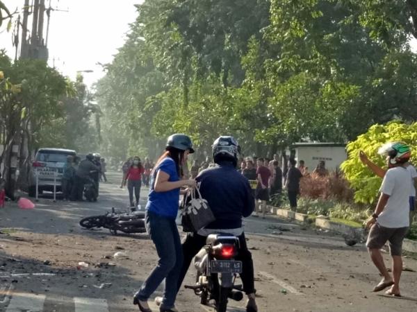 https: img.okeinfo.net content 2020 05 13 337 2213170 peristiwa-13-mei-kerusuhan-98-hingga-serangan-bom-gereja-di-surabaya-0ZzZDhISlA.jpg