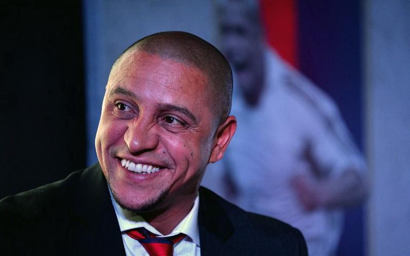 Di usianya yang tak lagi muda, Roberto Carlos masih berlatih tendangan bebas. (Foto: AFP)