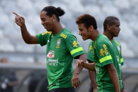 Ronaldinho puji Neymar. (Foto: AFP/Vanderlei Almeida)