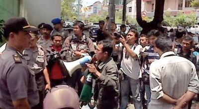 Puluhan aktivis HMI berunjuk rasa di Kantor Pertamina Yogyakarta. (Foto: okezone)