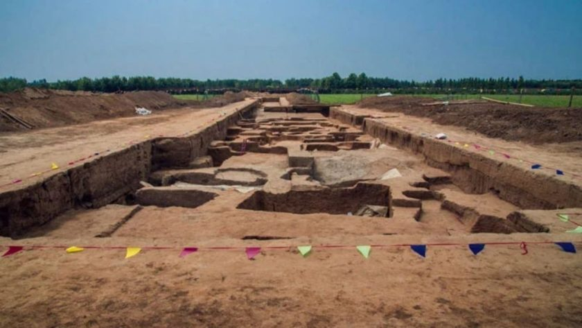 """Burials where skeletons were found """"giants"""" in China"""
