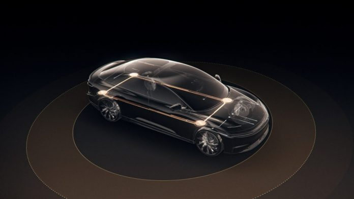 um veículo Lucid Air sendo ilustrado com os sensores 360° em funcionamento para estacionar