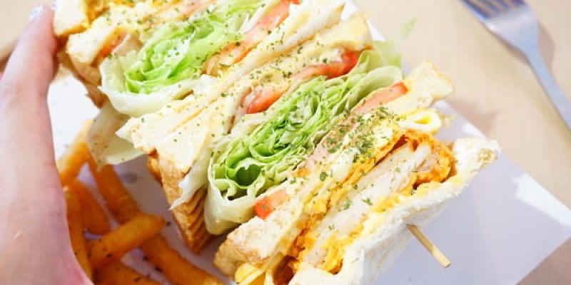 """【新北板橋早午餐】三隻小豬  *♥府中站大份量早午餐""""轟炸雞三明治"""