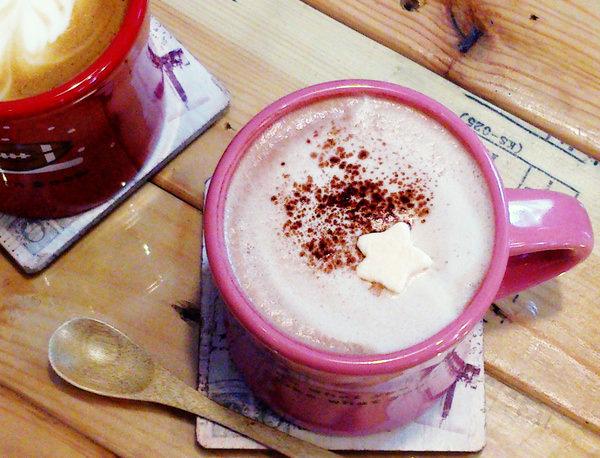 """【高雄三民美食】渡咖啡Do Kaffe  *♥高cp值咖啡館""""提供wifi&插座""""好吃瓦芙"""