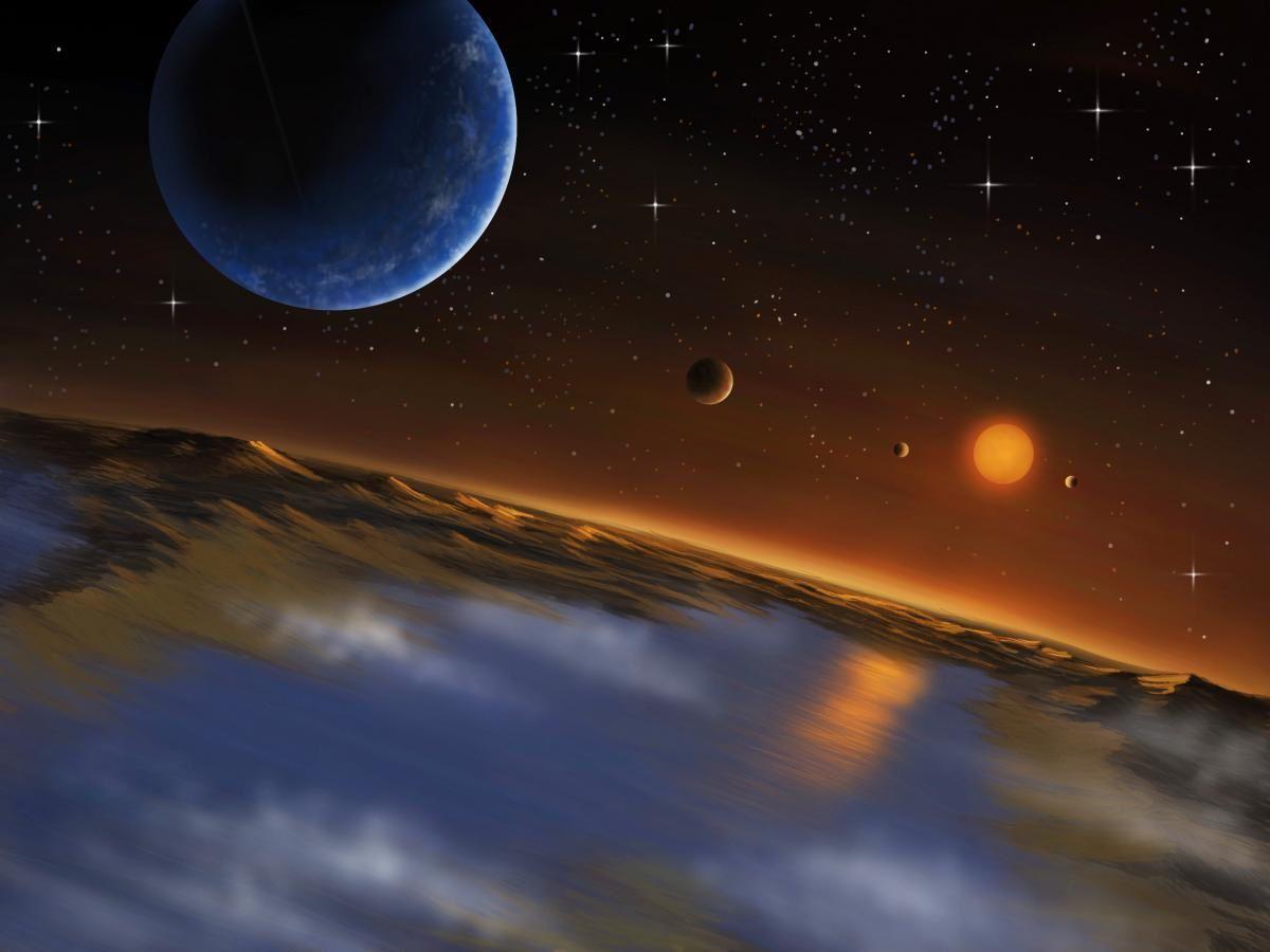 """Un'altra rappresentazione artistica del sistema Kepler-62, osservato dalla superficie di Kepler-62f. <span class=""""di"""">Cortesia: Danielle Futselaar/SETI Institute</span>"""