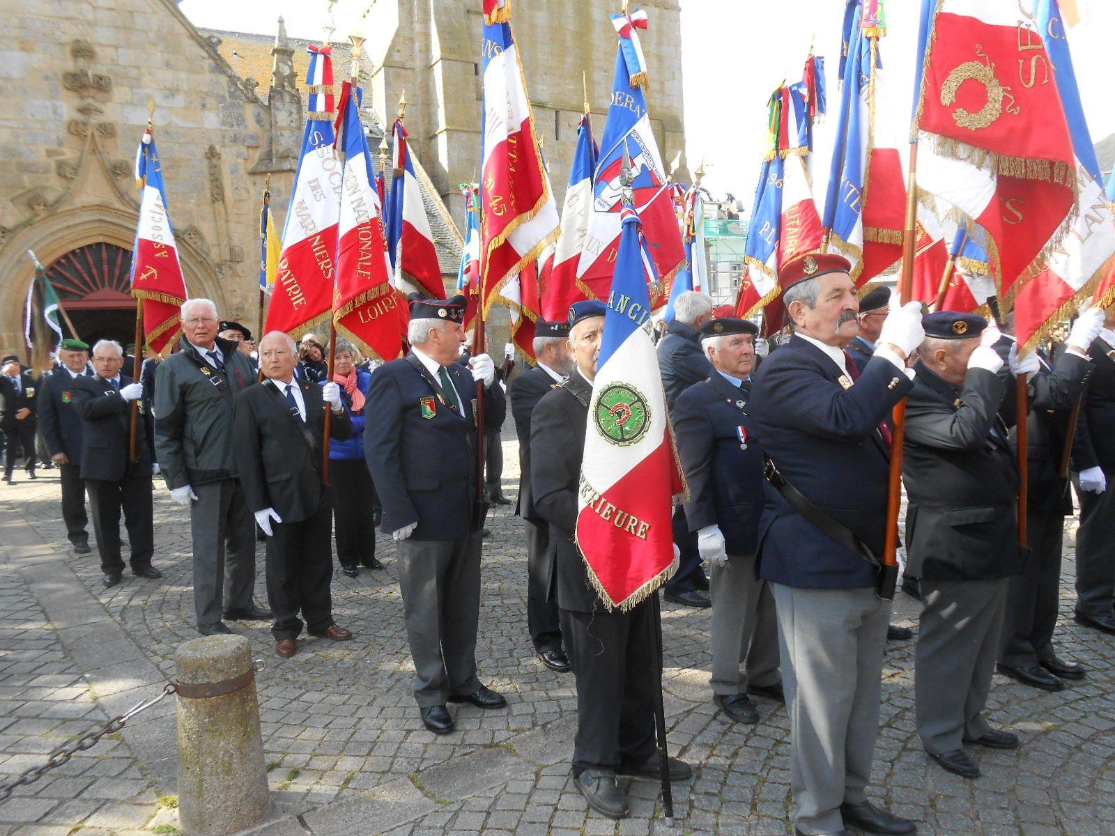 """Déplacement vers le monument aux morts """"Place du souvenir"""" accompagné de la musique des sapeurs-pompiers du Morbihan."""