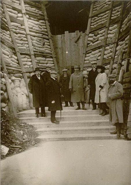 Le 14 janvier 1917 : la mission suisse - sur les deux premières photographies prises rue de Vesle on peut appercevoir au fond l'ancien pont