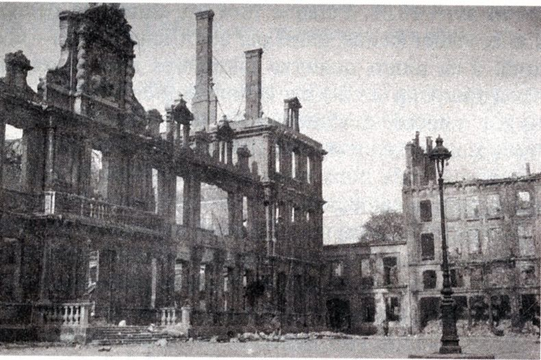 2 mai 1917 à Reims. L'hôtel de ville photographié par Louis Maufrais au lendemain de l'incendie
