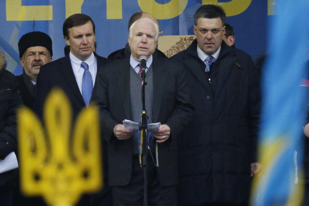 AP  Le sénateur américain John McCain, à droite, rencontre des dirigeants de l'opposition ukrainienne Arseni Iatseniouk, à gauche, et Oleh Tyahnybok à Kiev, Ukraine, samedi 14 décembre 2013.