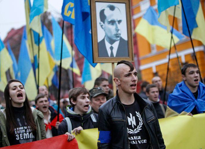 """Photo des manifestants du parti Svoboda avec la photo brandie de Stépen Bandera (vous noterez le Tshirt avec le logo de la division """"Das Reich"""" sur le nazillon du premier plan)"""