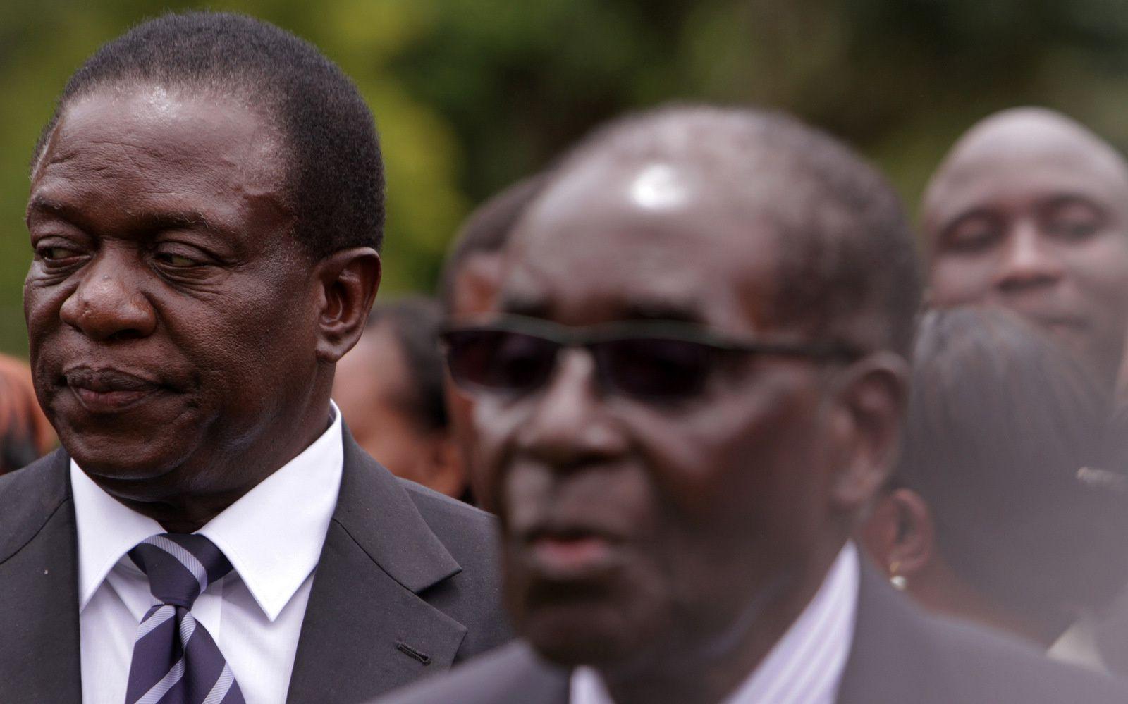 Emmerson Mnangagwa, à gauche, le vice-président du Zimbabwe se tient aux côtés du président zimbabwéen Robert Mugabe après la cérémonie d'assermentation à la Maison de l'État à Harare, le 12 décembre 2014. (AP/Tsvangirayi Mukwazhi)