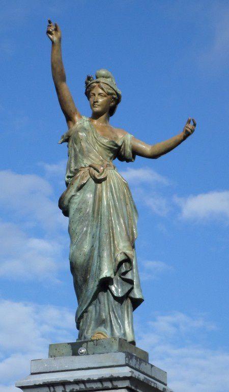 La nouvelle statue de La Flamengrie, de 75 kg et de 1,73 m de hauteur, copie conforme de l'originale réalisée en bronze à la cire.  Le moule d'une copie a été retrouvé après maintes recherches par Régis Gremont-Naumann, maire de La Flamengrie Les fonderies de Tusey ayant disparu en 1949, et il ne restait plus d'empreinte de la statue. Le maire sillonne alors la France, où il subsiste encore douze Marianne datant de cette époque. Il tombe sur une réplique à Salvagnac, dans le Tarn.  Deux céramistes, Stéphane et Cécile Cuvelier d'Obies dans l'Avesnois auront en charge la réalisation de la nouvelle Marianne de la Flamengrie, reproduite selon le moule de celle du Tarn.  La nouvelle Marianne a été coulée à la fonderie Paumelle, dans la Marne. (Source VDN)