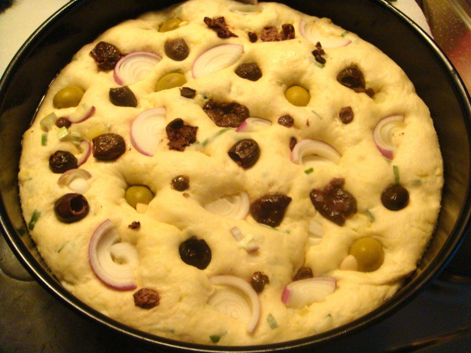 Pâton levé ;Olives noir de Nyons, oignons rouge et olives verte farcie à l'ail