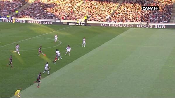 Lyon-Monaco : Hors-jeu d'un joueur monegasque sous les yeux de l'arbitre de touche ! But par la suite.