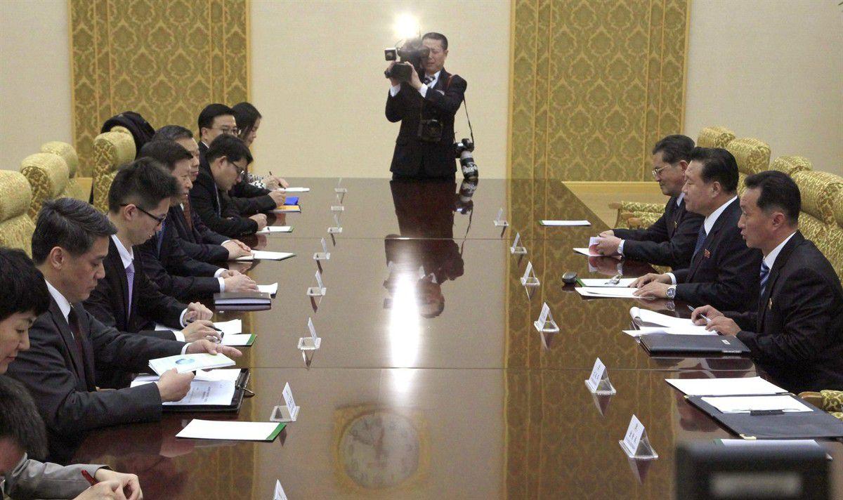 Rencontre entre la délégation nord-coréenne conduite par Choe Ryong-hae et la délégation chinoise dirigée par Song Tao