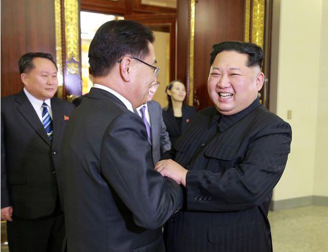De gauche à droite, Chung Eui-yong et le Président Kim Jong-un